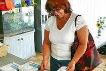 Zdena Pecinová z Rabštejnské Lhoty si v redakci právě vybírá knižní cenu.