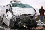 Řidič protijedoucího vozidla čelní střet nepřežil.