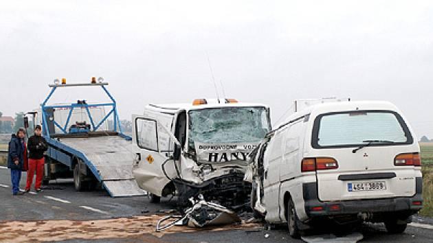 Srážka dvou dodávek u Medlešic měla pro jednoho z řidičů tragický konec.
