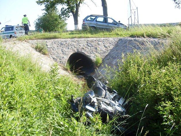 Dva motorkáři se zranili při srážce osobního auta a motocyklu u Krouny na Chrudimsku. Jednoho musel vrtulník převézt do Fakultní nemocnice v Hradci Králové.