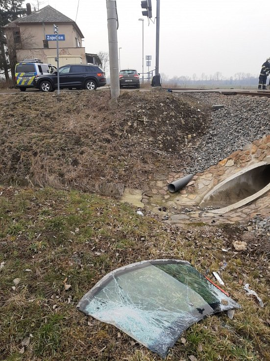 Zaječice - K tragické nehodě došlo ve čtvrtek před půl třetí hodinou v Zaječicích. Osobní vůz Škoda Octavia s dvoučlennou posádkou vjel na železniční přejezd, kde se střetl s projíždějícím vlakem. Ten vlekl vůz před sebou dlouhých dvě stě metrů