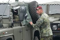 Chrudimští výsadkáři zahájili z vojenského letiště v Chrudimi přesun techniky na cvičení do Polska.