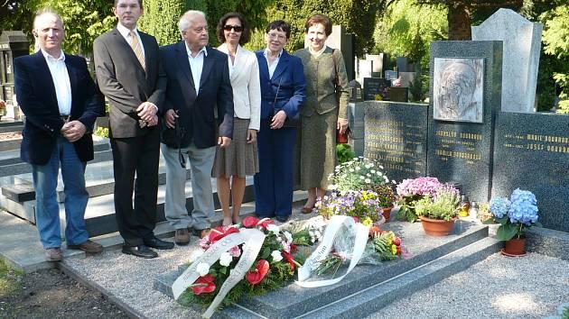 V sobotu 25. dubna 2009 odpoledne se konal pietní akt u hrobu Jaroslava Doubravy při příležitosti 100 výročí jeho narození.