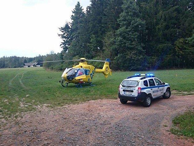 Automobil skončil po nehodě u Perálce v příkopě. Dva lidé zemřeli, pro třetího těžce zraněného letěl vrtulník.