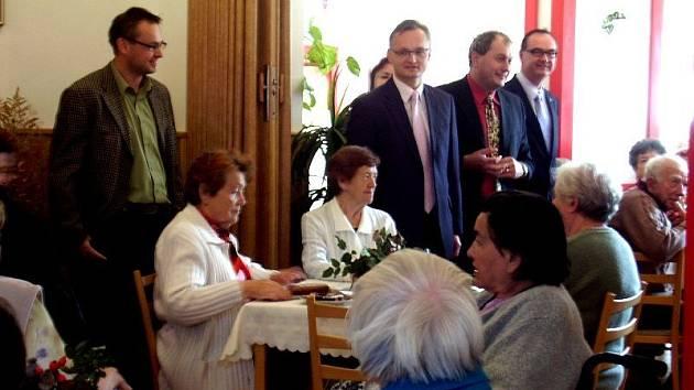 Slavnostního zahájení přístavby domova důchodců ve Sktuči se vedle představitelů města zúčastnil i vicehejtman Roman Línek a radní zodpovědný za sociální oblast Miloslav Macela.