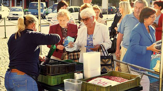Borůvkám ani malinám v jednom ze stánků na chrudimském Resselově náměstí včera cenovky nechyběly. Dlužno podotknout, že o voňavé plody vrcholícího léta byl mezi místními zákazníky, především však mezi zákaznicemi, velký zájem.