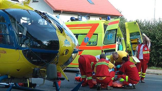 Zachranáři pomáhají vážně zraněnému muži ve Slatiňanech.
