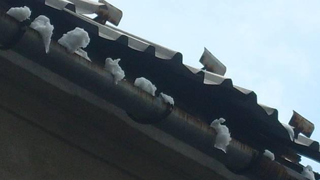 Poškozená střecha dělá obyvatelům domu velké obavy.