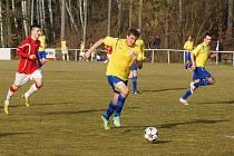 Fotbalisté MFK Chrudim (ve žlutém) zvítězili v 18. kole ČFL na hřišti Kunic 1:0. O jediný gól utkání se postaral Tomáš Vácha.