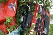 Kamiony při nehodě u Městce dodávku doslova rozpůlily. V jejích troskách vyhasly dva lidské životy.