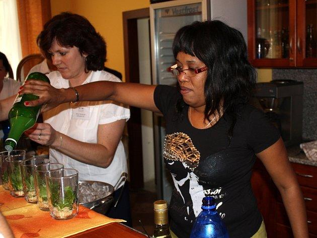 V SOŠ A SOU obchodu a služeb Chrudim přivítali zástupce kubánského velvyslanectví pana Nelson Tamayo Caro a paní Catja Gallardo, která žije a pracuje v Praze a je odbornicí na kubánskou gastronomii.