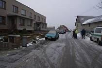 Nezjištěný řidič neznámého vozidla v době od 16. do 17. února patrně při couvání narazil do levého předního blatníku vozidla Škoda Favorit, zaparkovaného před domem v Zahradní ulici v Předhradí.