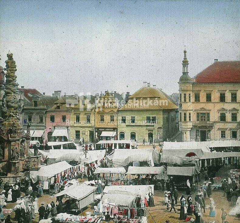 Stánkový prodej na Hlavním (od r. 1903 Riegrově) náměstí o Salvátorské pouti počátkem 20. století.