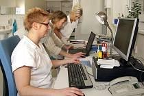 FINANČNÍ DAR ve výši 130 tisíc korun předali včera zástupci Nadačního fondu Umění doprovázet Hospici v Chrudimi. Ten z daru zakoupí přístroj EKG a lineární dávkovače léků, které zajišťují kontinuální dávkování léků tišící bolest.