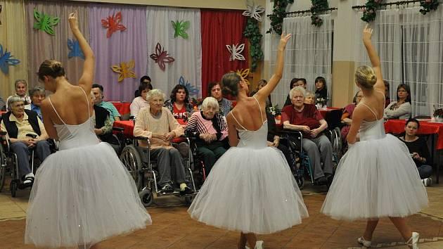 Chrudimské baletky potěšily seniory Na Rozhledně, v Heřmanově Městci a v domově U fontány v Přelouči.