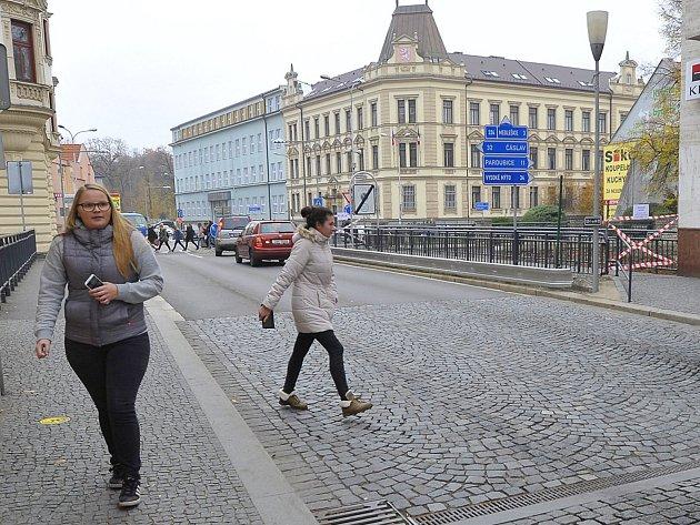 Uzavřenou lávku je nutné obejít po opačné straně ulice.