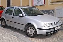 Dlažba ve Filištínské ulici mate řidiče při parkování.