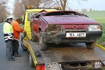 Nehoda favoritu u Heřmanova Městce - vůz skončil na střeše v příkopě,