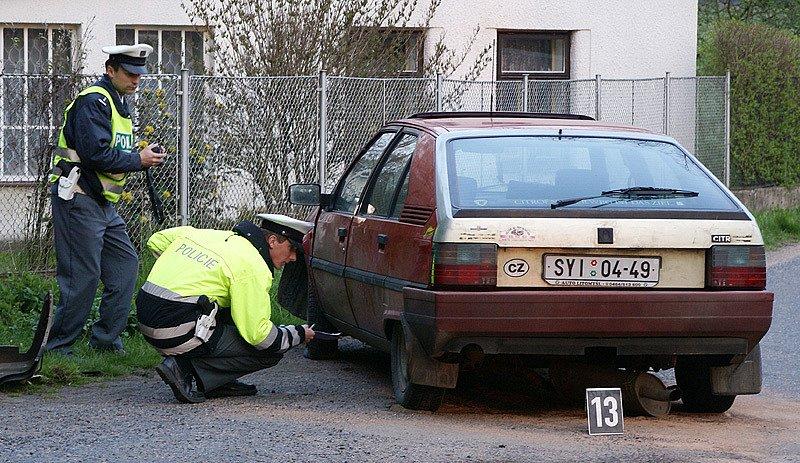 Při dopravní nehodě v obci Doly u Zdislavi narazil řidič se svým vozem do sloupu.