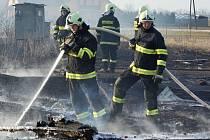 Oheň z vypalované trávy se rozšířil až ke stodole v Orli. Ta poté lehla popelem.