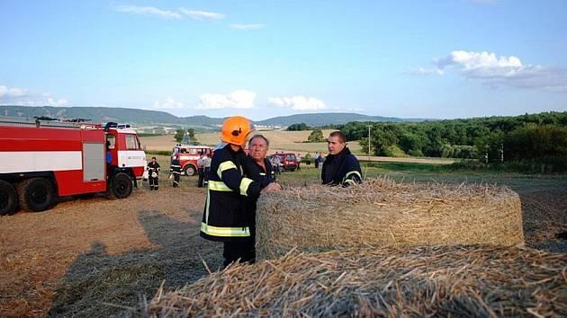 Požár stohu slámy mezi Ronovem nad Doubravou a Žleby