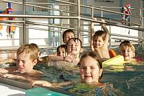 Děti se ráchají v bazénu.