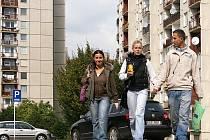 DNEŠNÍ MLADÁ GENERACE se už nemusí obávat toho, že budou v Chrudimi vyrůstat mnohapatrové domy. Stavební a dopravní komise dohlíží na soulad nově budovaných domů s okolím a konečné slovo má zastupitelstvo.