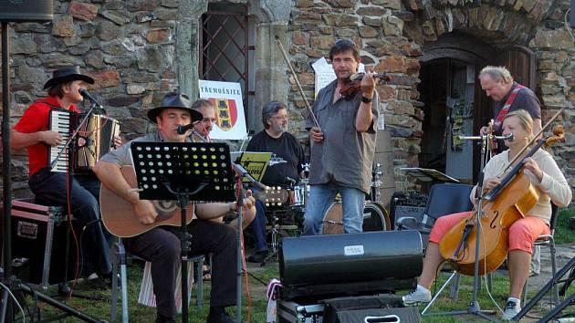 Na Lichnici se sjelo asi čtyřicet příznivců folkové hudby na koncert folkové skupiny Hoblofka.