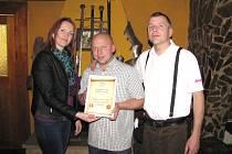 CERTIFIKÁT PRO VÍTĚZNOU HOSPŮDKU předávala zástupcům Krčmy krále Artuše distributorka Chrudimského deníku Jana Doležalová (vlevo na snímku).