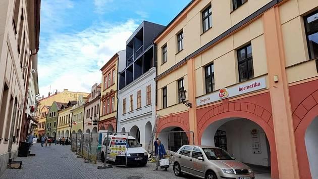 Nová podoba. Půdní vestavba schytala pobouřené reakce od velké části Chrudimáků. Přestavěný dům je rodištěm divadelníka Jana Nepomuka Štěpánka, který dal ulici jméno.