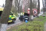 Automobil narazil do stromu v Poličské ulici v Hlinsku.