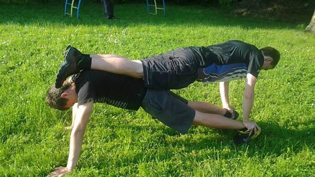 Členům hnutí Seberevolta Chrudim k posílení svalů stačí vlastní váha, prolézačka nebo lavička.