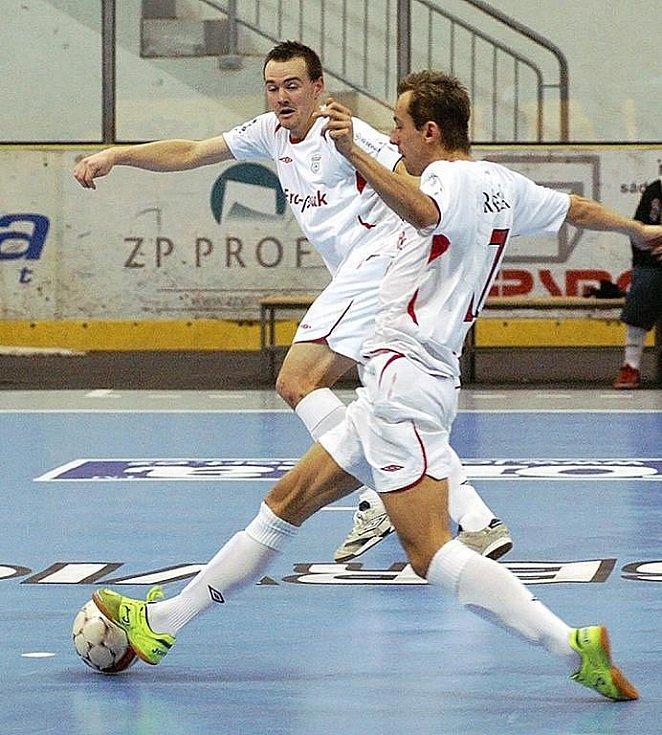 V úvodním kole Jetbull Futsal ligy úřadující mistr Era–Pack Chrudim vykročil rázně za obhajobou titulu, když rozstřílel Tango Brno 8:1. Lukáš Rešetár (na snímku u míče) se na výhře podílel hned dvěma góly,