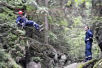 Specialisté z řad profesionálních hasičů pro práci nad volnou hloubkou a ve výšce trénovali v údolí řeky Doubravy