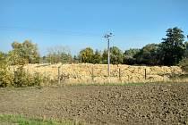 Odpadní zemina nelegálně uložená společností Telmont v obci Kočí na Chrudimsku.