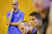 Brazilský trenér Daniel na střídačce Era-Packu Chrudim.