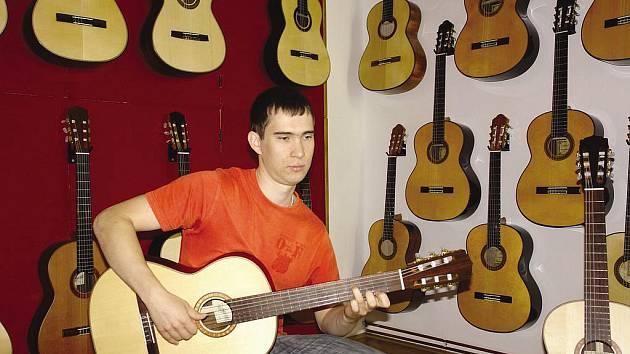 KYTARA MU PŘIROSTLA K SRDCI, dalo by se říct o jednadvacetiletém studentovi ekonomie Pavlu Vitáčkovi. Spodní patro rodinného domu, v kterém bydlí, je doslova nacpané kytarami.
