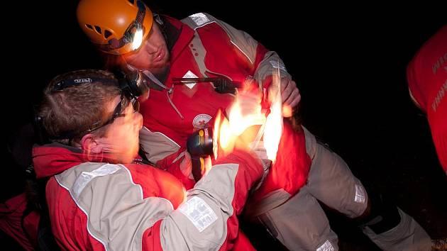 V sobotu ve večerních hodinách cvičili členové humanitární jednotky Českého červeného kříže Chrudim, Vodní záchranné služba Chrudim a dobrovolní hasiči z JSDH Chrudim, Horky a Hlíny a jednotky z Dolních Ředic nezbytnou součinnost při případném pátrání po