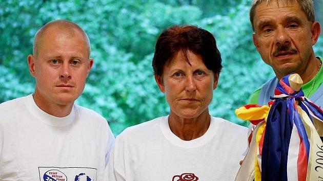 Štafetový kolík běhu z Lidic do Ležáků donese do cíle mistryně světa a světová rekordmanka v běhu na 800 m Jarmila Kratochvílová. Na snímku se svým synovcem Karlem Váňou (vlevo) a zakladatelem této tradiční akce Janem Rýdlem z Nasavrk.