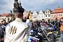 Zahájení sezony v podání motorkářů.
