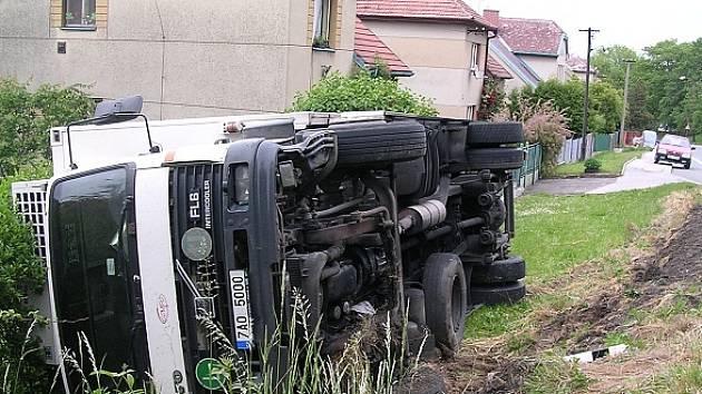Nehoda kamionu v chrudimské Čáslavské ulici.