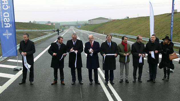 Pásku při otevření první etapy obchvatu přestřihl kromě starosty Petra Řezníčka i premiér Bohuslav Sobotka.
