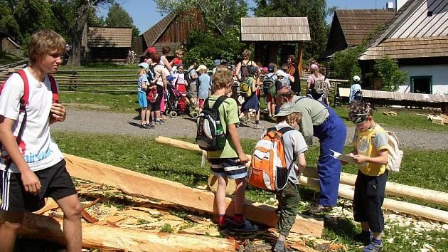 Ve skanzenu na Veselém Kopci představují školákům vybraná řemesla, která byla potřebná při stavbě roubeného domu.