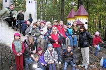 KOČIČÍ HRÁDEK patří po desítky let mezi nejoblíbenější dětské atrakce v lesích Podhůry.