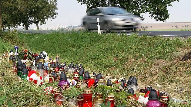 Místo tragické nehody pokrývají svíčky.