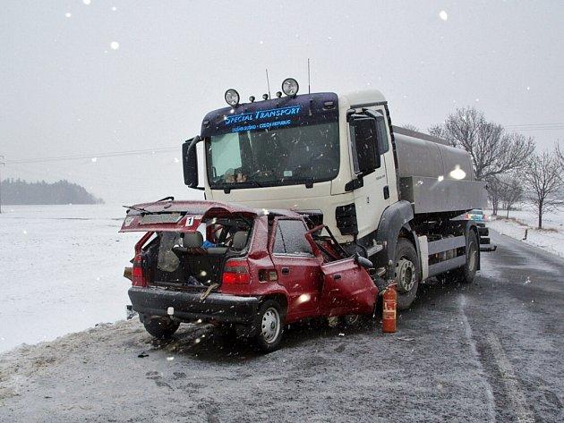 Pondělní ráno 14. ledna na silnicích Chrudimska poznamenala tragická nehoda, k níž došlo na hlavní komunikaci mezi Krounou a Kladnem. Při čelním střetu nákladního automobilu s osobním vozidlem při ní vyhasl život sedmatřicetiletého řidiče osobního auta.