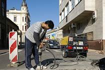 S dopravními omezeními se teď musí u Komerční banky smířit nejen řidiči, ale i chrudimští chodci.