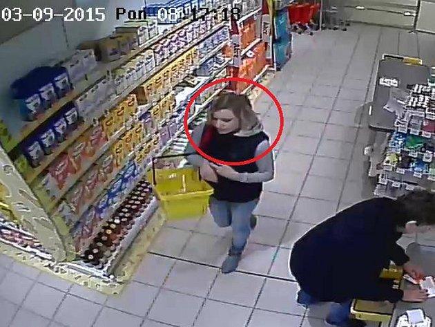 Zlodějku zachytila průmyslová kamera.