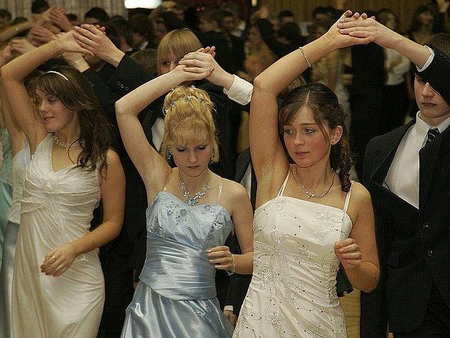 Závěřečný věneček zakončil kurzy tance a společenské výchovy v  Hlinsku.