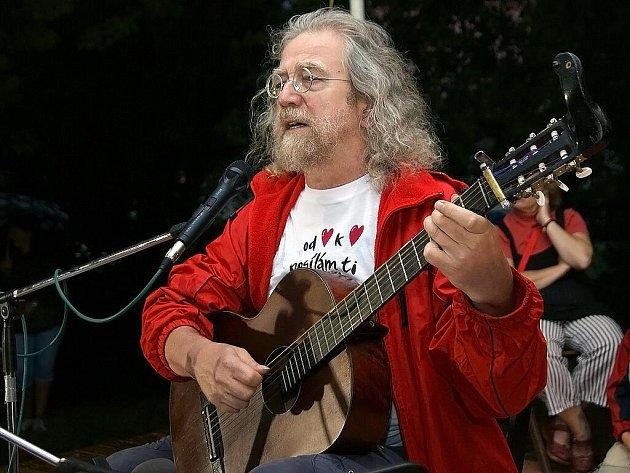 Koncert písničkáře Jaroslava Hutky.